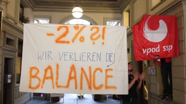 Ein Banner mit der Aufschrift: minus 2 Prozent? Wir verlieren die Balance.