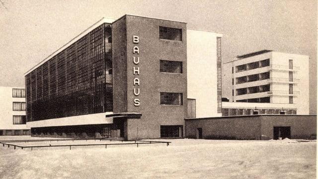 Eine Postkarte zeigt ein modernes Gebäude, an dessen Fassade Bauhaus steht.