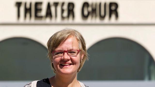 Ute Haferburg, mit roter Brille und kurzem Haar, vor dem Theater Chur