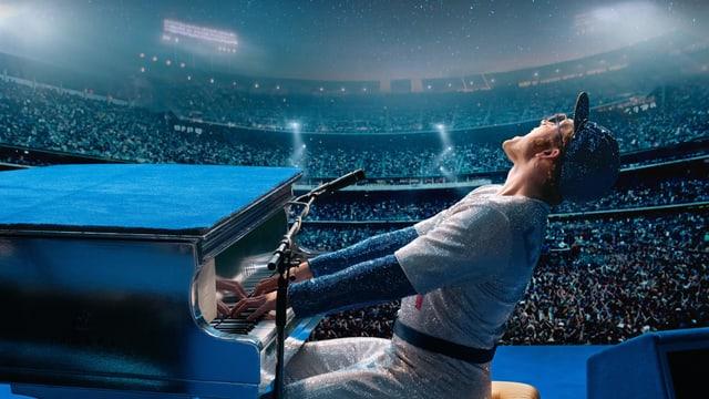 Taron Egerton als Elton John auf der Konzertbühne am Klavier.