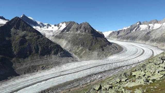 Blick von oben auf einen Gletscher und Berge.