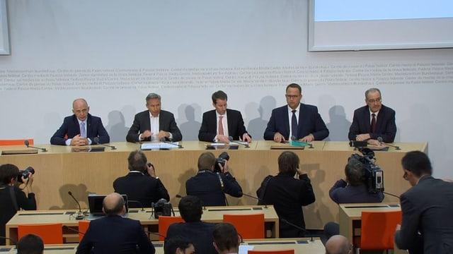 Medienkonferenz mit fünf Personen an den Mikrofonen.