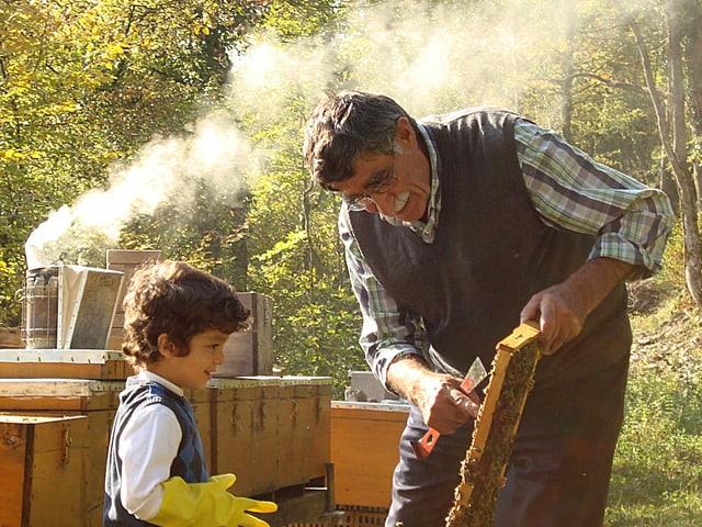 Ibrahim Gezer bringt seinem Enkel das Imkern bei.
