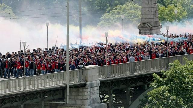 Fans auf einer Brücke.