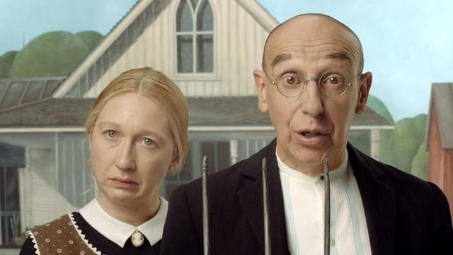 """Die Porträtieren des Gemäldes """"American Gothic"""" blicken verdutzt in die Kamera."""