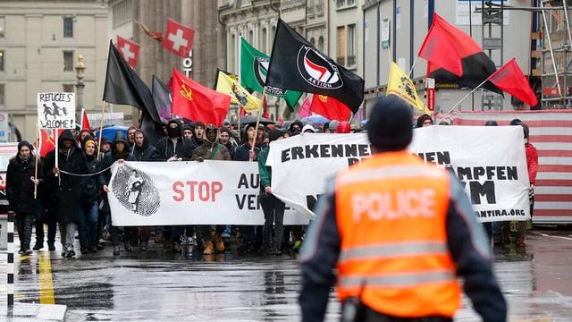 Demonstration und Polizist in der Berner Innenstadt.
