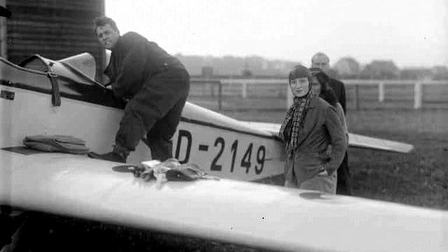 Margaret Fusbahn und Heinz-Werner Fusbahn vor einem Klemm-Leichtflugzeug.