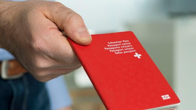 Mann mit Schweizer Pass in der Hand