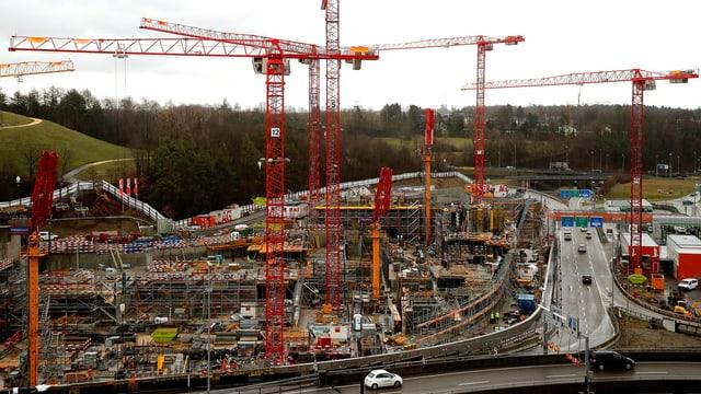 Eine Gesamtansicht zeigt die Baustelle des THE CIRCLE Convention Centre Zurich Airport in Zürich, Schweiz.