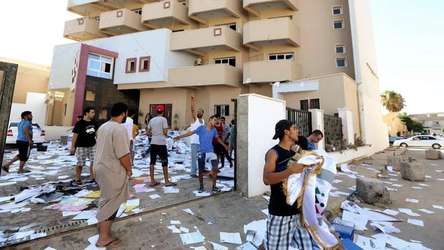 Hunderte Gegner der Islamisten stürmten das Büro der Partei für Aufbau und Entwicklung  in der Hauptstadt Tripolis.