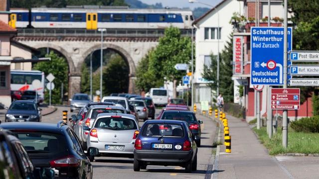 Stau auf der Dorfstrasse von Koblenz, rechts Strassenschild mit Hinweis auf Zoll.