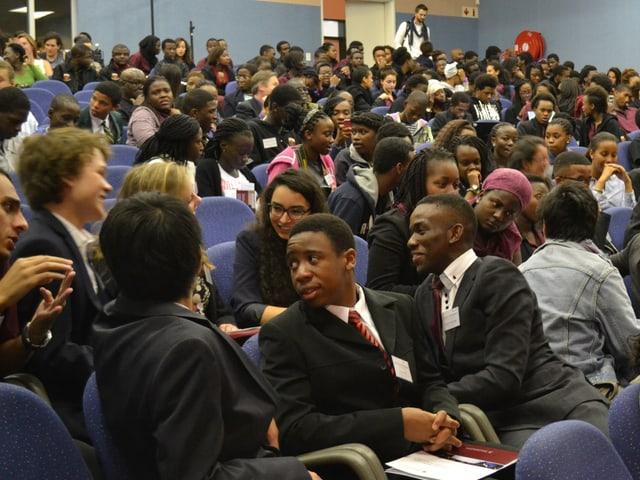 Schüler in grossem Hörsaal der «African Leadership Academy»