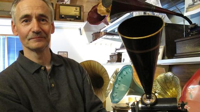Ernst Moretti präsentiert stolz eines seiner Grammophone.