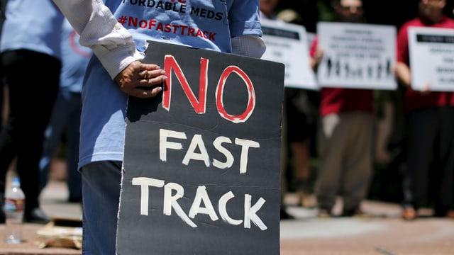 Gegner der Fast-Track-Vorlage demonstrieren mit No-Fast-Track-Schildern.