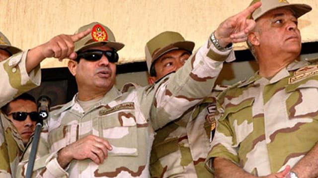 al-Sisi zeigt mit Finger nach links.