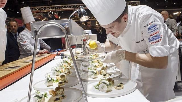 Der Koch Mario Garcia bereitet für die Jury des «Bocuse d'Or Suisse 2018» die Speisen zu.