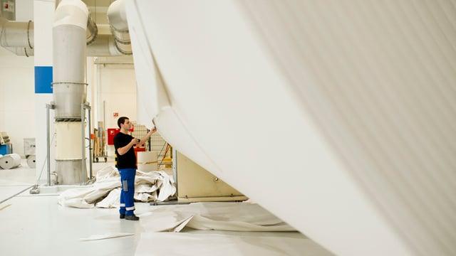 Ein Papiertechnologe in Ausbildung.
