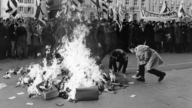 Ein Feuer auf dem Bundesplatz während einer Kundgebung