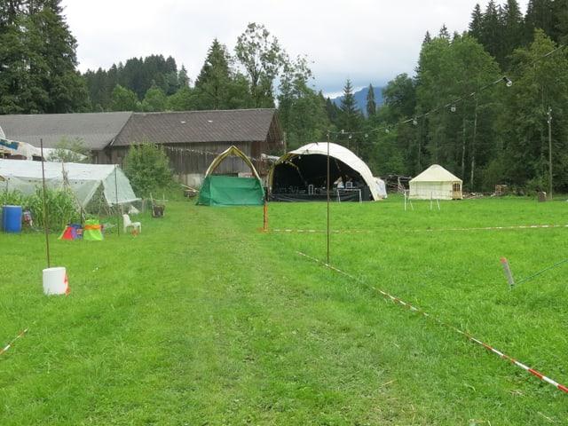 Die Festivalwiese mit Blick auf das Bühnenzelt.