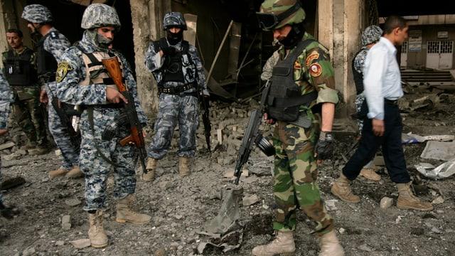 Soldaten in einem zerstörten Gebäude.