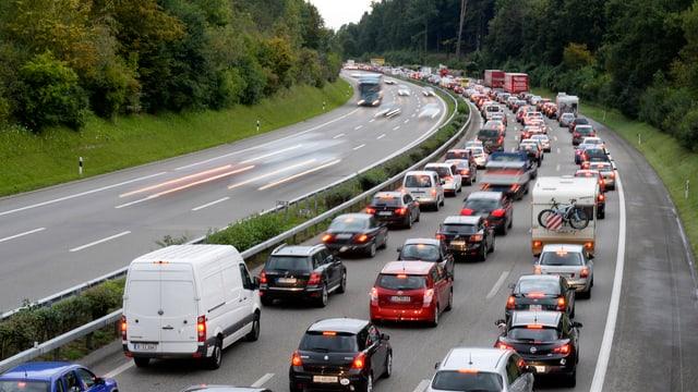 Autos stehen auf der Autobahn im Stau