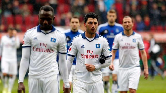 Die HSV-Spieler verlassen enttäuscht den Platz.