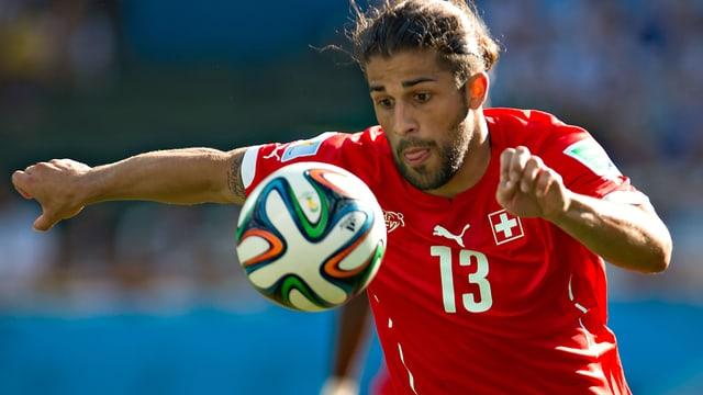 Ricardo Rodriguez auf den Ball fokussiert.