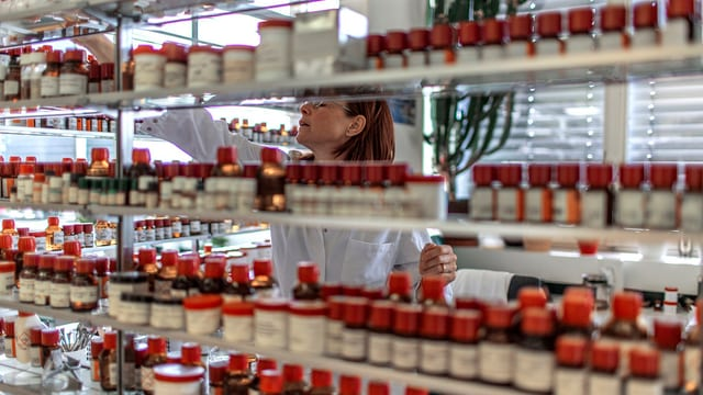Eine Mitarbeiterin von Givaudan in Dübendorf vor einem Regal mit x Duft- und Aromastoffen