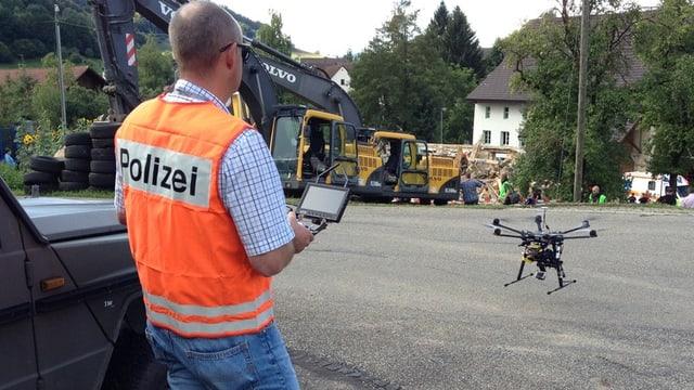 Ein Polizist mit einer Drohne.