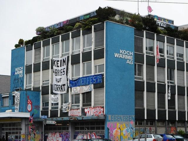 Koch Wärme AG mit Spruchbändern und Graffitis