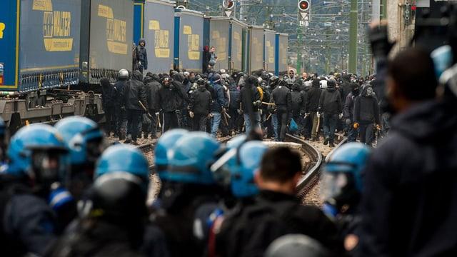 Demonstrants al pass dal Brenner - la polizia cun chapellinas blauas