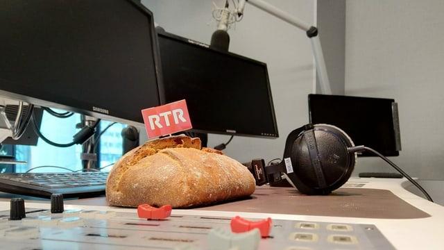 Il paun da Casti en il studio da RTR.