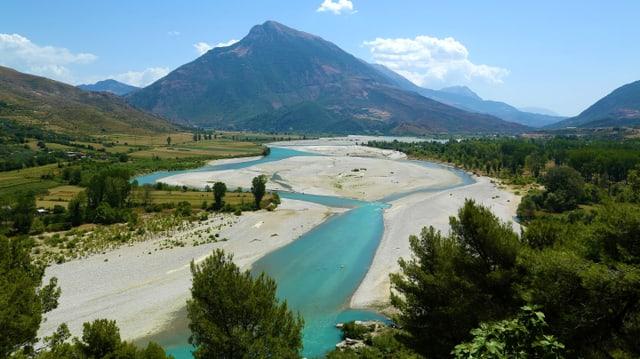Der Fluss Vjosa bei Tepelene, im Hintergrund ein mächtiger Kegelberg.