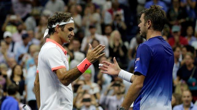 Roger Federer e Stan Wawrinka dattan il maun suenter la partida.