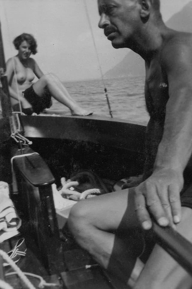Max Emden auf seinem Boot.
