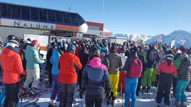 Skifahrer stehen an beim Skilift Naluns in Scuol