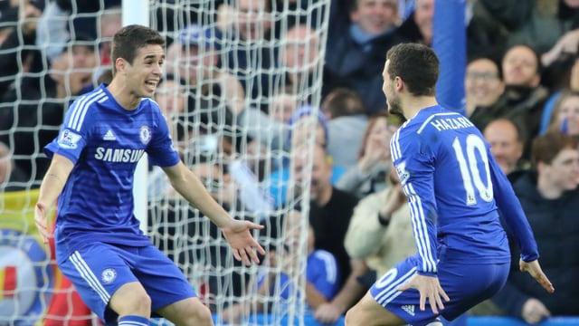 Oscar (l.) und Eden Hazard gehen jubelnd aufeinander zu.