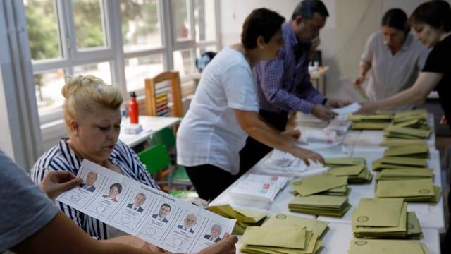 Persunas ad Ankara dumbran o las vuschs da l'elecziun da president e parlament.