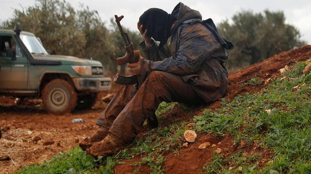 Ein Kämpfer in Syrien stützt den Kopf auf die Hand.