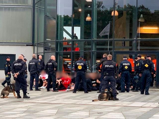 Aalborg-Fans und Polizisten vor dem Stadion.