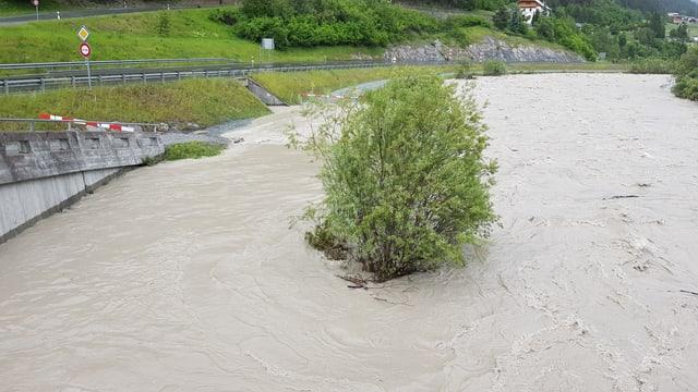 Purtret da la via chantunala a San Niclà e la via datiers dentant anc betg inundada.