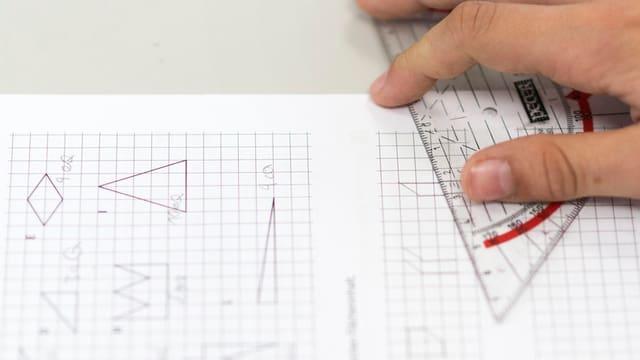 Geodreieck auf einem Papier.