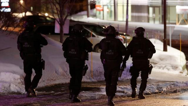 Policists en montura da cumbat.