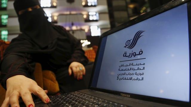 Frauen wählen erstmals in Saudi-Arabien.