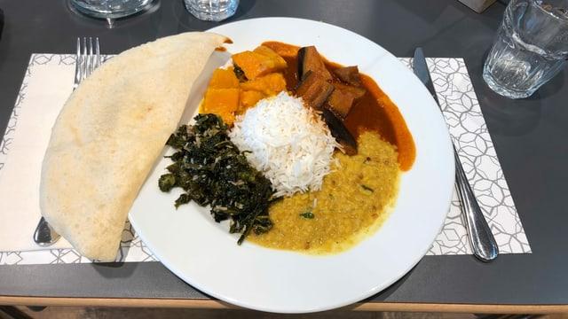 Ayurvedisches Menu Federkohl, Kürbis mit Süsskartoffeln an einer Currysauce, Auberginen an einer rassigen Tomatensauce und Dal, indische Linsen.