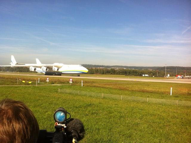 Die Antonov An-225 setzt auf der Landebahn auf