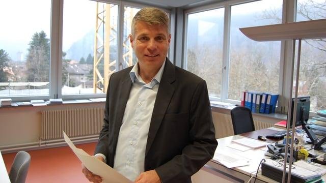 Christoph Ammann am Morgen nach seiner Wahl in seinem Rektor-Büro in Interlaken.