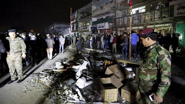 Uniformierte sichern die Strasse nach der Explosion einer Autobombe.