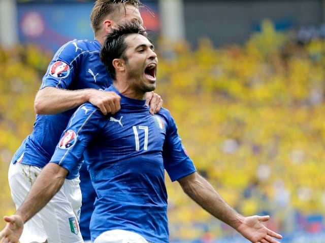 Eder (dre.) ed Emanuele Giaccherini da l'Italia celebreschan suenter il gol decisiv.