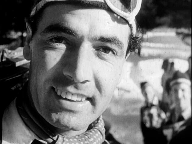 Ein Skispringer in den 1950er-Jahren lächelt in die Kamera.